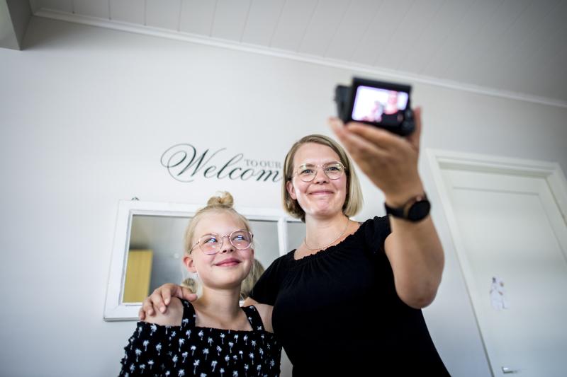 Janita Koljonen kuvaa paljon sisältöä lastensa kanssa. Tytär Kiia Koljonen on ollut äitinsä mukana myös esimerkiksi Tubeconissa.