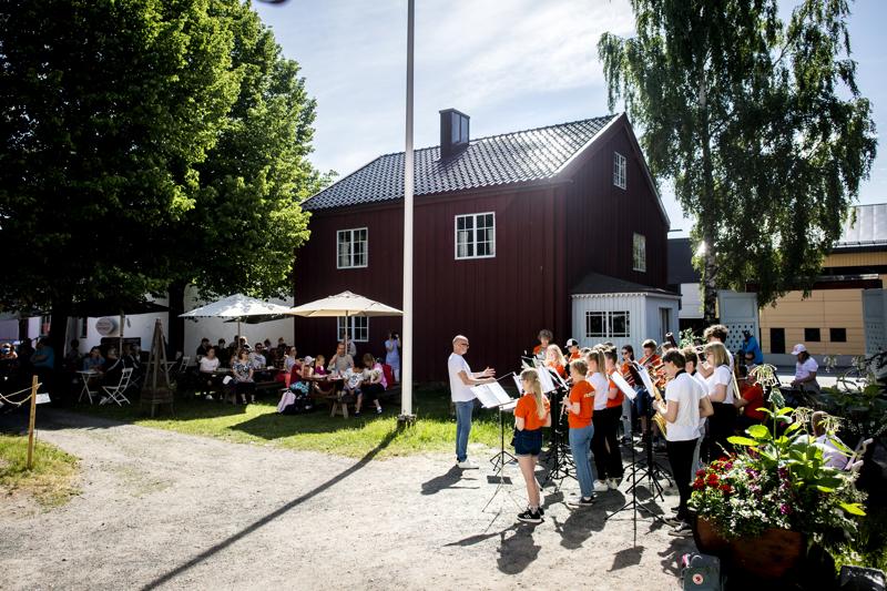 Kesäsoittokunta esiintyi Kauppatorin jälkeen vielä Vohvelikahvilassa. Yleisöä oli saapunut hyvissä määrin kuuntelemaan musiikkia.