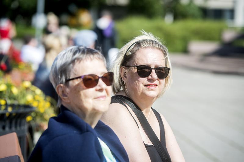 Arja (oik.) ja Elina Tyrjy nauttivat kesäsoittokunnan soitosta Kauppatorilla.