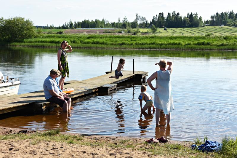 Kesärannan uimapaikka on kiivaassa kyläläisten käytössä näillä helteillä.