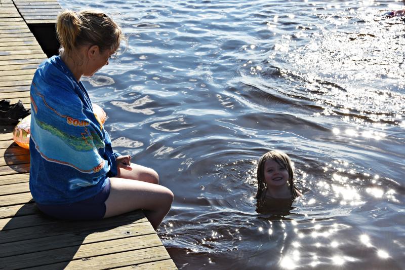 Hanna-Mari Ahola ja tytär Maria nauttivat hellesään helpotuksista.
