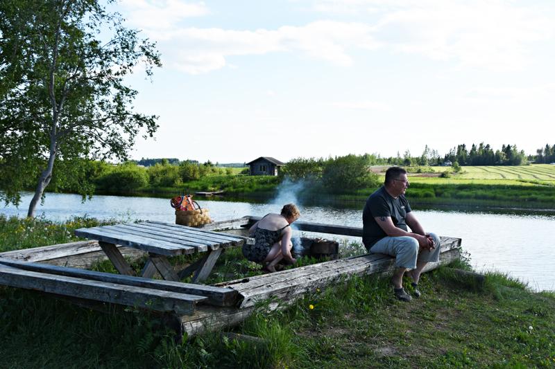 Päivän kiireet ovat ohi, katse ja mieli tyyntyvät Pyhäjoen hitaasti virtaavaa vettä katsellessa.