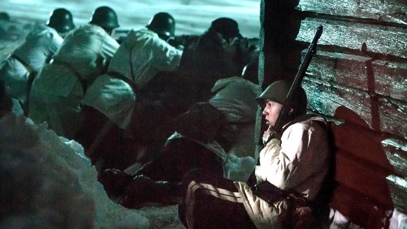 Alokas Fredrik Seeberg suojaa natseja uhmannutta kuningastaan. Roolissa äidin puolelta suomalainen näyttelijä Arthur Hakalahti.