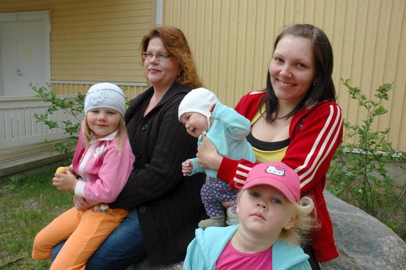 Vatjusjärven 4H-kerhon vetäjät Anu Suotula ja Tellervo Sirviö kertoilivat lehdessä aktiivisen kerhon kuulumisista. Kokoontumissa oli talven aikana käynyt viikoittain 25 lasta. Tellervon Tuulia-tytär ja Anun tyttäret Niia ja Nella eivät vielä olleet kerhoiässä.