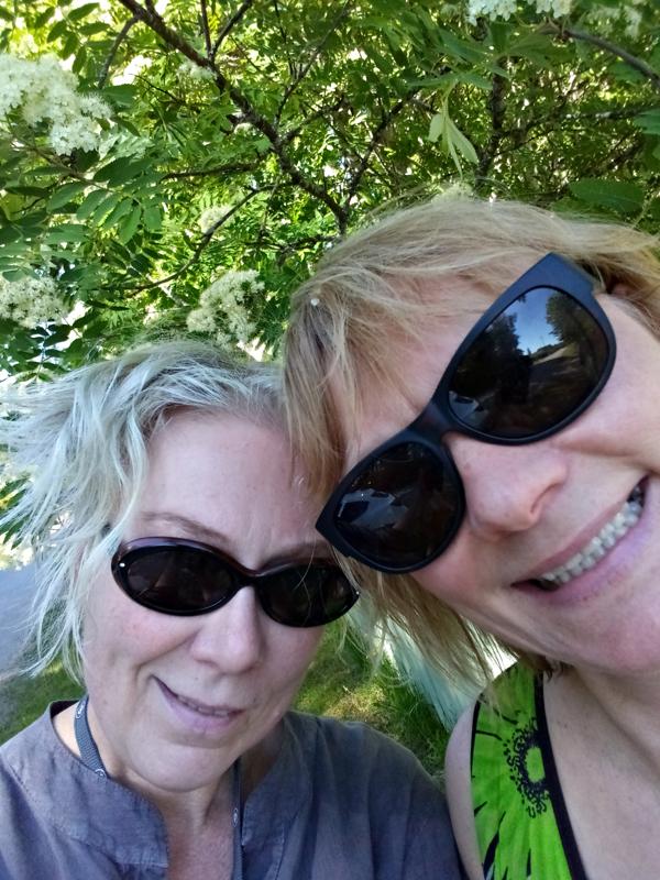Thelma ja Louise jatkavat Haapaveden kylien roadshow'ta. Tällaisilla keleillä ei ole yhtään ikävä sitä puuttuvaa avoautoa.