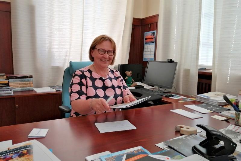 Viimeinen työviikko tarkoitti Pietarsaaren kaupunginjohtaja Kristina Stenmanin osalta myös työpöydän siivoamista. Kaupungintaloa hän kuvaa mielettömän hienoksi rakennukseksi.