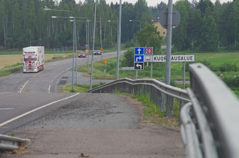 Kevyen liikenteen väylää jatketaan ylikulkusillalta Koivuahontien risteykseen saakka. Välillä olevassa risteyksessä väylä siirtyy Kajaanintien  toiselle puolelle.