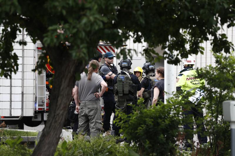 Poliisi ja pelastuslaitos saapuivat Helsingin Kaupunginteatteriin useiden yksiköiden voimin.