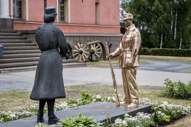 Suojeluskuntalainen-patsas sijoitettiin Lotta-patsaan viereen Vartiolinnan edustalle Kokkolassa.