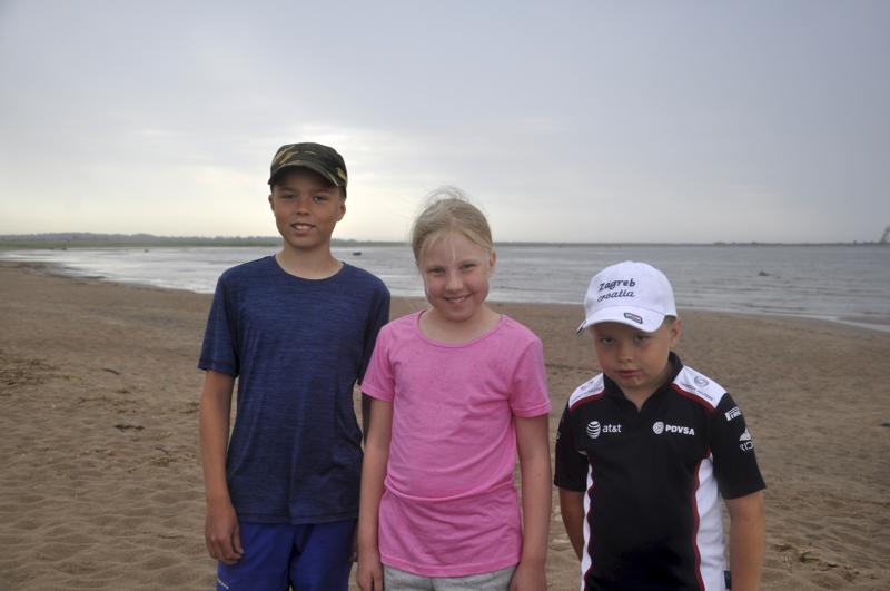 Pieni kesäsade ei haittaa. Sipilän lapset tulivat perjantaina Ohtakariin uimaan.