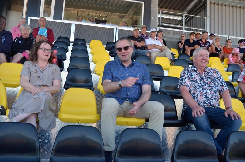 Tutustumassa. Jussi Niinistö (keskellä) ehti käydä myös katsomassa pesäpallopeliä. Mukana olivat myös valtuuston puheenjohtaja Mari Kerola ja hallituksen puheenjohtaja Olli Joensuu.