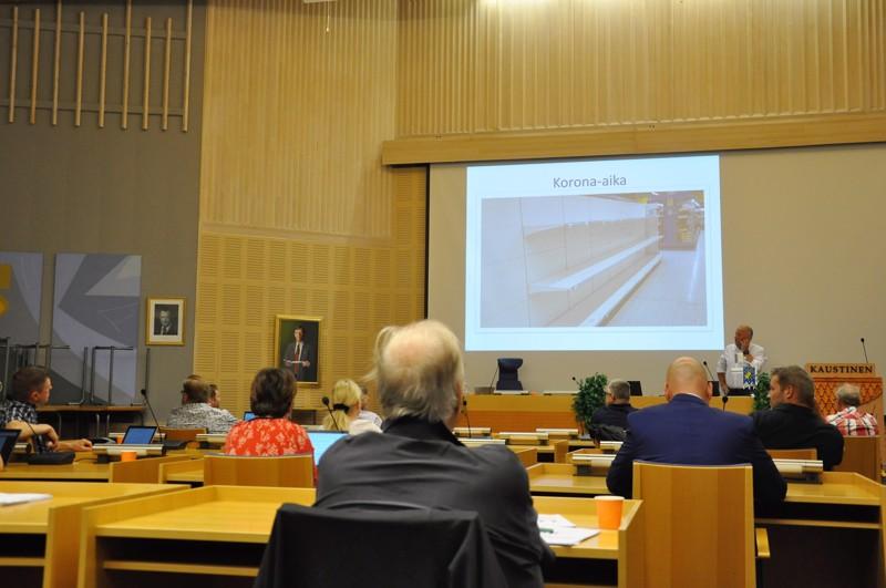 Kaustisen kunnanvaltuusto kokoontui ensimmäiseen kokoukseen paikanpäälle sitten korona-ajan alun. Edelleen istuttiin harvennetuin välein.