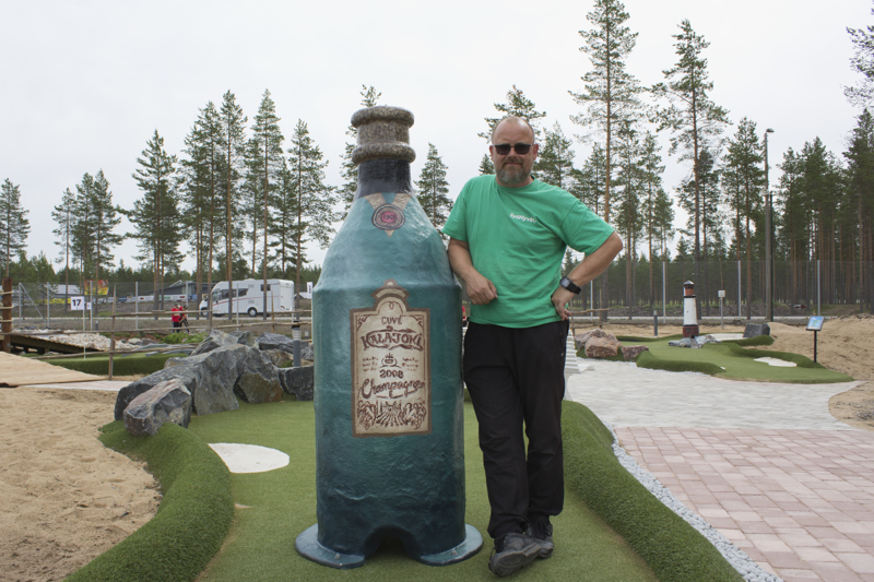 –Tämä on kalajokisille, kommentoi Stephan Kristiansson golfradalla olevaa Kalajoki-samppanjapulloa.
