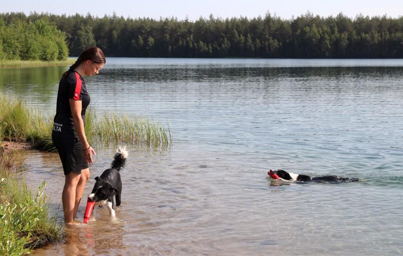 – Kohteliaasti ja maalaisjärkeä käyttäen kun toimitaan, niin uimassa oleviin koiriin suhtaudutaan yleensä oikein positiivisesti, kertoo Lotta Lindberg.