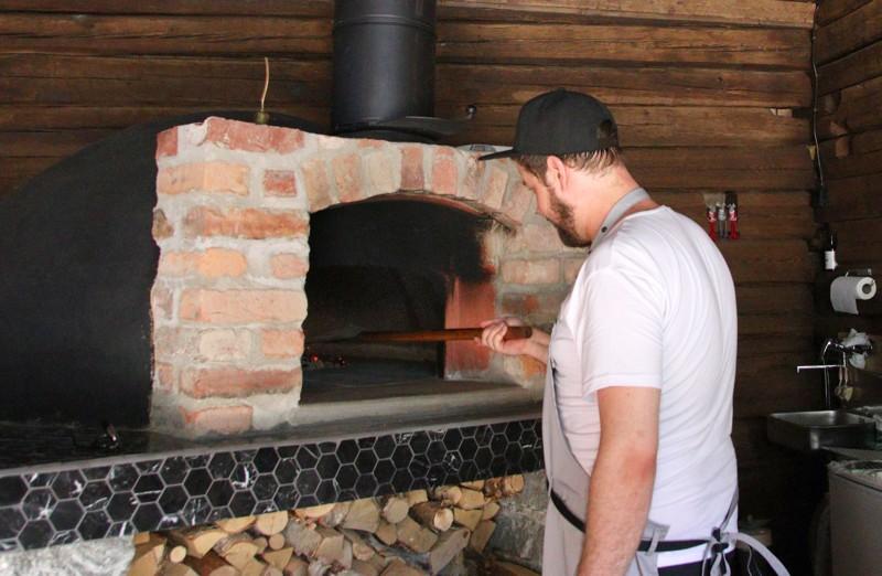 Pizzauuni lämmitetään koivuklapilla, ja se kuumenee lähemmäs 450-500 asteeseen.