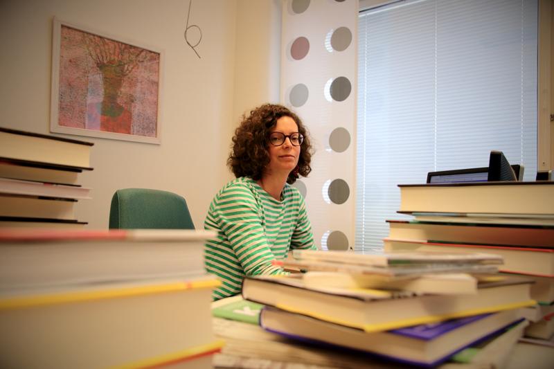 Anni Saari kirjoittaa esikoisteoksessaan maaseudun ja maahanmuuttajien välisistä jännitteistä.