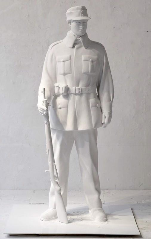 Kirjoittajan mukaan patsaalla on väärä ase.