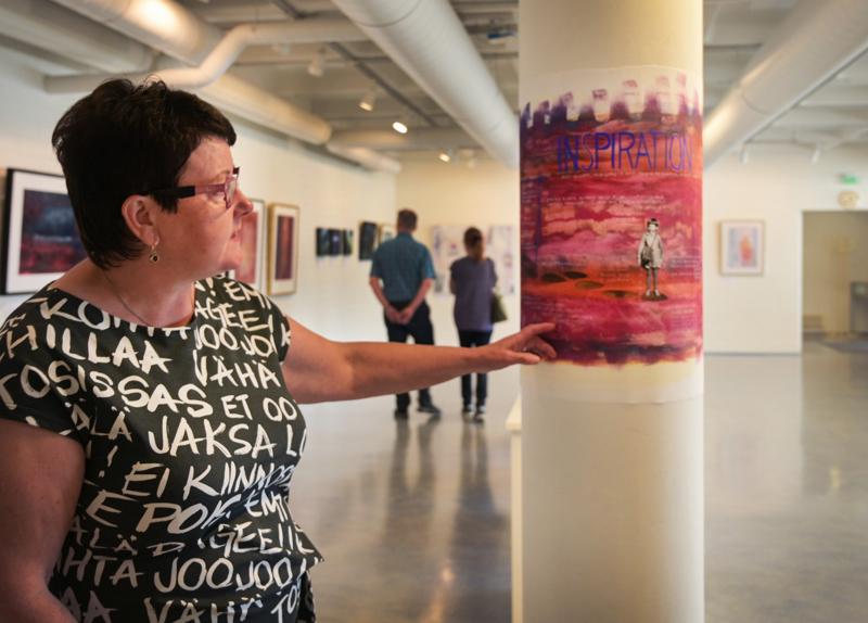 Nivalalaislähtöinen Outi Hägg rakastaa tarinallisia näyttelyitä, joten myös hänen omastaan tuli sellainen. Tillarigalleriassa esillä oleva Muistoja - Merkityksiä -näyttely kuvaa Häggin muistoja lapsuusvuosista näihin päiviin asti.