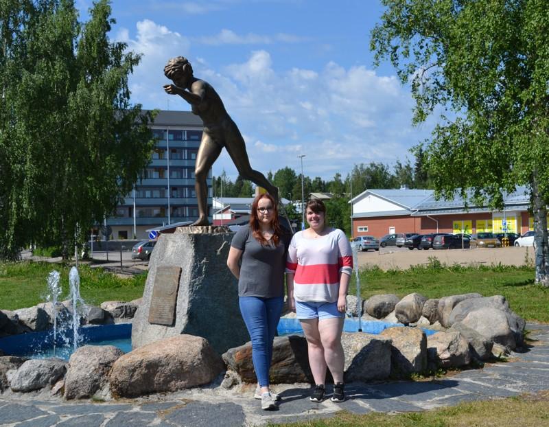 Vilma Öykkönen (vas.) ja Fiona McKeen ovat tyytyväisiä vaihto-oppilasvuoden antiin.