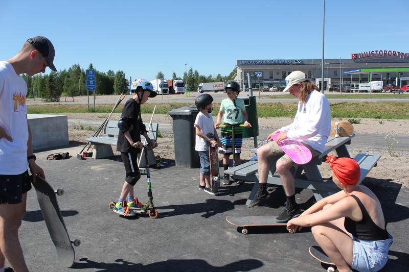Vasemmalta Roope Huttunen, Joose Haikara (12 v), Jere Lehtola (9 v), Aatu Haikara (11 v), Leo Mäkinen ja Inari Lahti, joka jakoi Motelli Nuttulinnan tarjoamaa mehua.