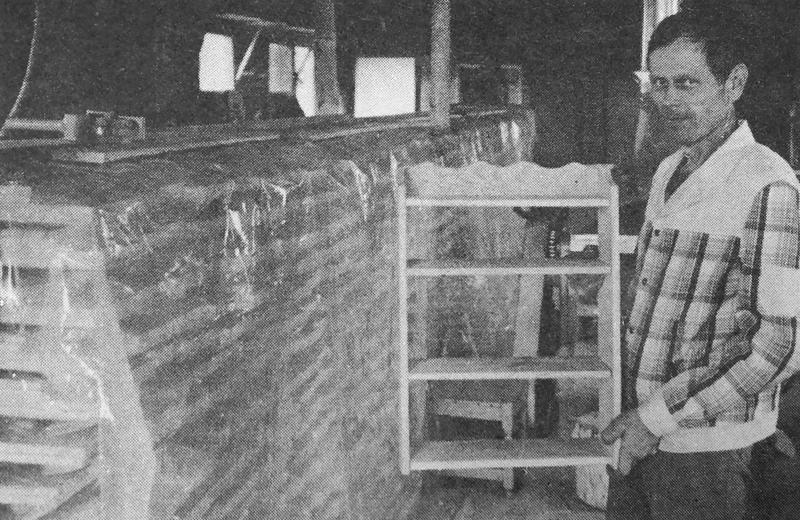 Tällaisia hyllyjä on Mauno Kojola valmistanut 1008 kappaletta ja koko sarja on pakattuna odottamassa kuljetusta ruotsalaiselle tavarataloketjulle Ikealle.