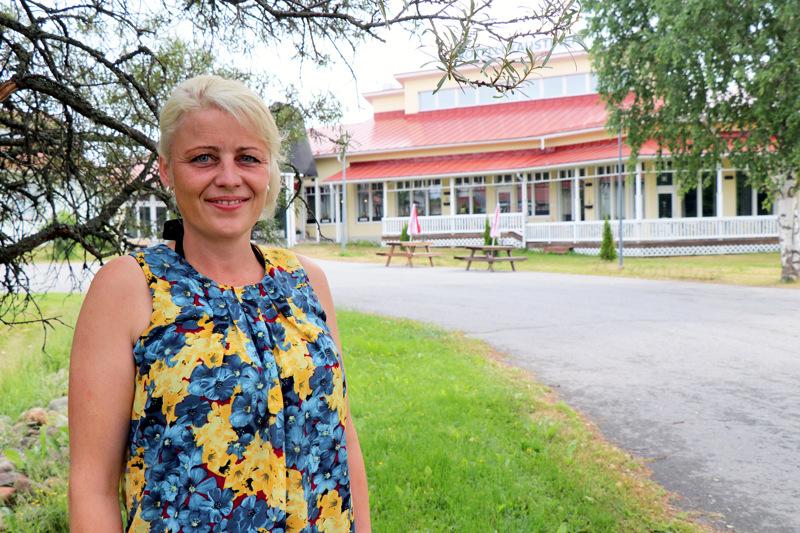Susanna Kuorikoski kertoo, että hotellin piha on varattu perinteisille markkinamyyjille ja leirintäalueen puoli rompe- ja kirppispöydille.