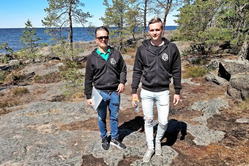 Mika Vacker ja Misha Åkerholm kuvaavat Botnia Villaa koko seudun pilottiprojektiksi Fäbodassa.