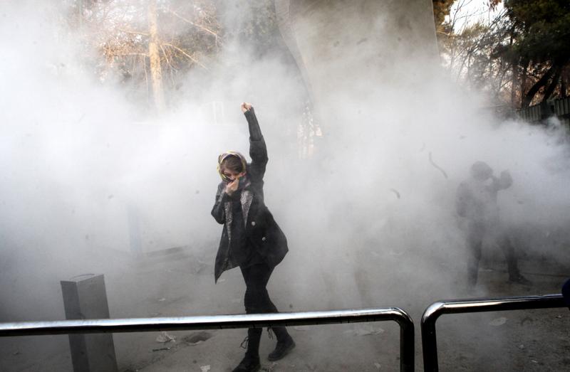 Ruhollah Zamia syytetään vuoden 2017 levottomuuksien lietsomisesta. Iranilaiset opiskelijat ottivat yhteen 2017 joulukuussa mellakkapoliisin kanssa hallituksen vastaisissa protesteissa Teheranissa, Iranissa.