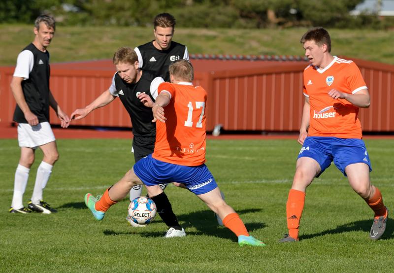 K-Pallon hyökkäysvoittoinen peli oli jälleen myrkkyä vastustajille. Pallosta kamppailemassa K-Pallon Juhana Lauri ja Aleksi Nauha.