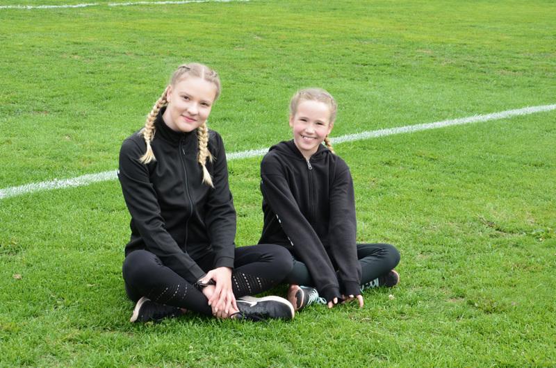 Milena Kangasvieri ja Neea Anttila pitävät ensimmäistä kisakokemusta kivana, vaikka tilanne oli jännittävä.