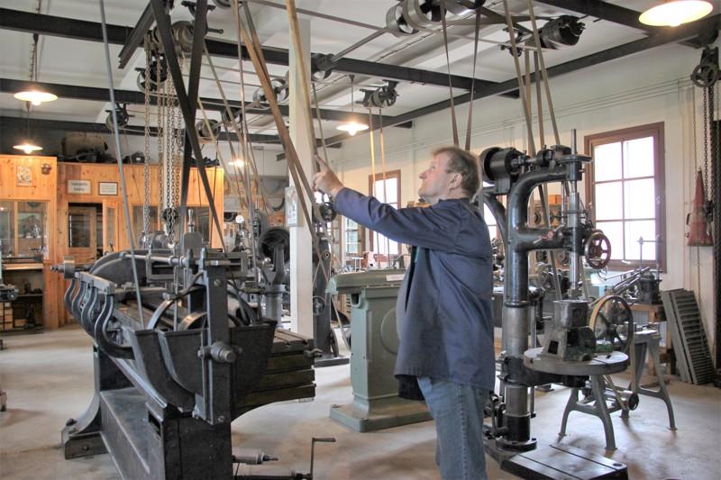 Tauno Hivi on rakentanut konepajansa mukaillen oikeaa 20-luvun korjauspajaa.