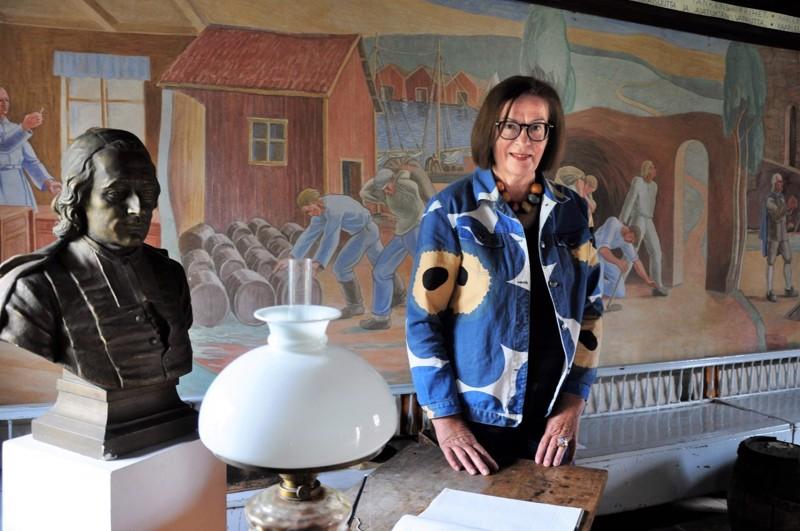 Ulla Rasmus Store kertoo, että Anders Chydeniuksen muistohuoneessa on seinällä Annie Krokforsin maalaama fresko. Chydeniuksen pronssinen rintakuva puolestaan on Walter Runebergin käsialaa.