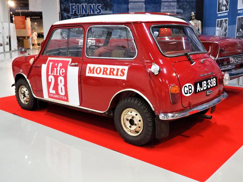 """Morris Mini hallitsi rallipolkuja 1960-luvun puolivälissä. Esimerkiksi vuoden 1965 Jyväskylän Suurajoihin osallistui kaikkiaan 17 Mini-autokuntaa. Mobilian Rallimuseossa nähtävillä oleva Mini Cooper S on kuitenkin ainoa lajissaan: sillä ovat ajaneet kaikki kolme tehdastallin kuskia eli Timo Mäkinen, Rauno Aaltonen ja Paddy Hopkirk.  Juuri suomalaiskuskit loivat Cooperin maineen ralliautona, auton nykyinen omistaja tietää. """"On kyllä ihmeauto, kulkee ja kestää"""", Timo Mäkinenkin intoili kanssakilpailijoille Jyväskylässä vuonna 1965."""