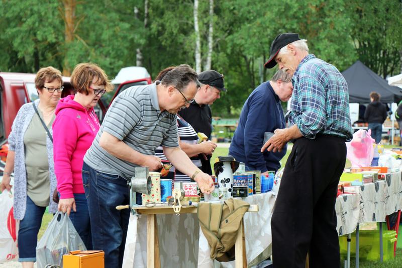 Maritta ja Kari Junnola löysivät Raimo Mäkelän myyntipöydästä vanhoja elintarvikepakkauksia vanhaan kyläkauppamuseoonsa.
