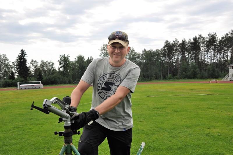 Jani Maljanen ehtii siirtämään Kirkonmäen kentän kastelulaitteita työpäivän aikana moneen kertaan.