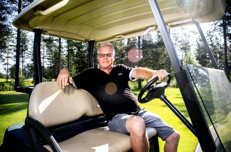 Kenttämestari Ari Korkiakangas on viihtynyt Kokkolan Golfilla jo 33 vuoden ajan. Hän nauttii kesän lämmöissä työskentelyssä ja jättää lomat talvelle.