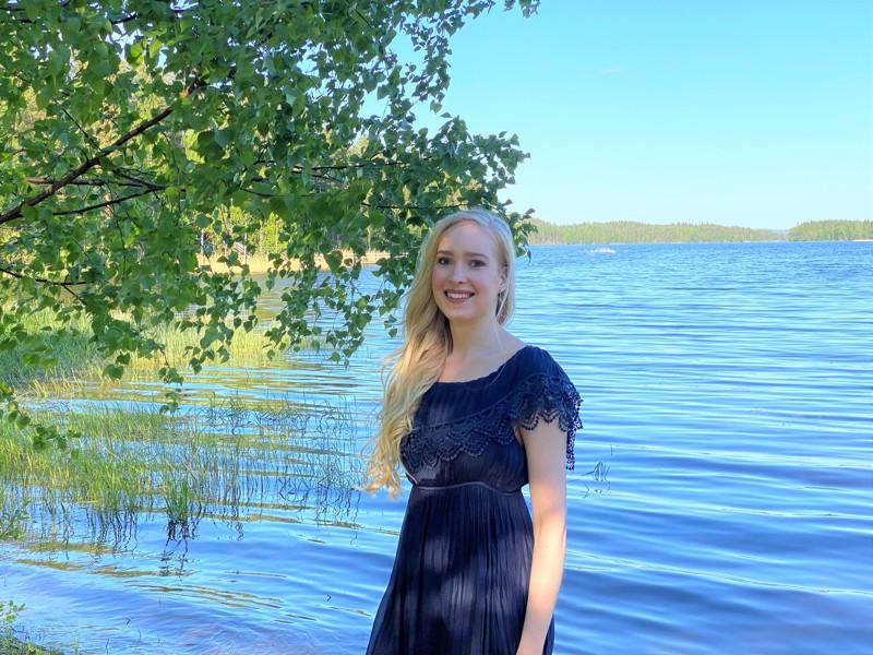 Miss Hiekkasärkät 2020 Krista Oksanen lomailee luonnossa liikkuen.