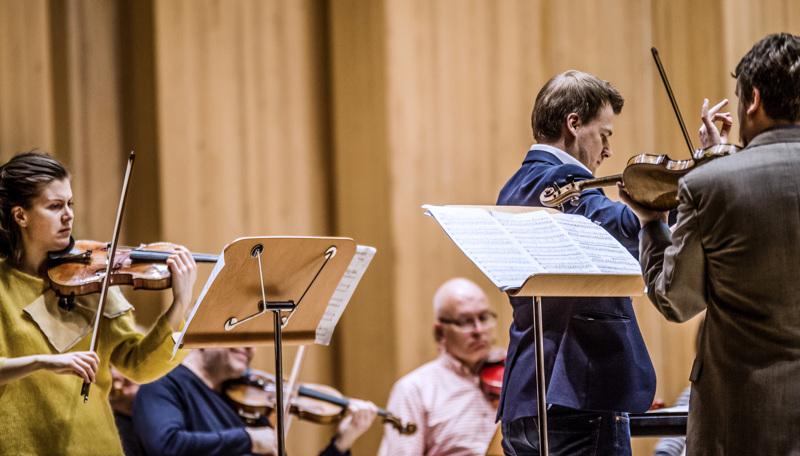Hanna Parviainen soitti Keski-Pohjanmaan Kamariorkesterin solistina vuonna 2016.