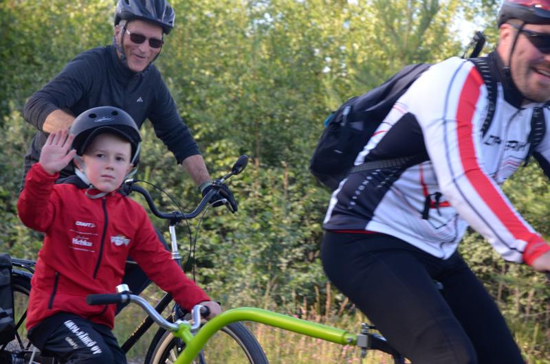 Mukana kaiken ikäisiä. Lestijärven ympäripyöräilyssä oli mukana kaiken ikäisiä. Vanhimmat olivat yli kahdeksankymppisiä ja yksi tapahtuman nuorimmista etenee tässä soratieosuudella.