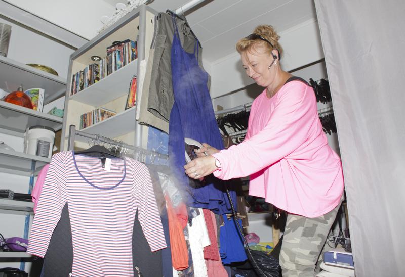 Viikonlopun jälkeen Idea Kirppiksen lahjoituslaatikko oli täynnä. Maarit Yli-Hukka höyryttää vaatteet ennen esillepanoa.