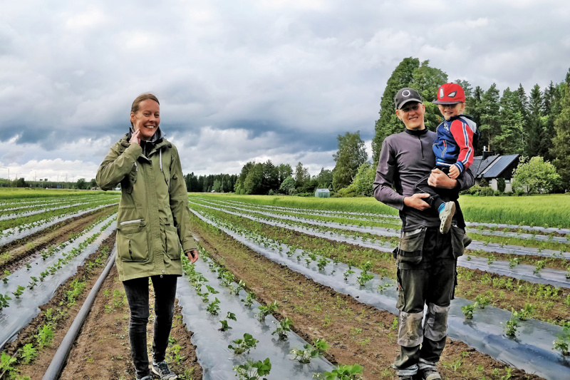 Camilla ja Markus Smeds rakastavat elämää maaseudulla. Viljelyksessä vanhalla sukutilalla on viljaa ja mansikoita, oma kotileipomokin myymälöineen ja pienine kahviloineen on rakenteilla pihapiiriin. Kuvassa myös Liam-poika, yksi perheen neljästä lapsesta,
