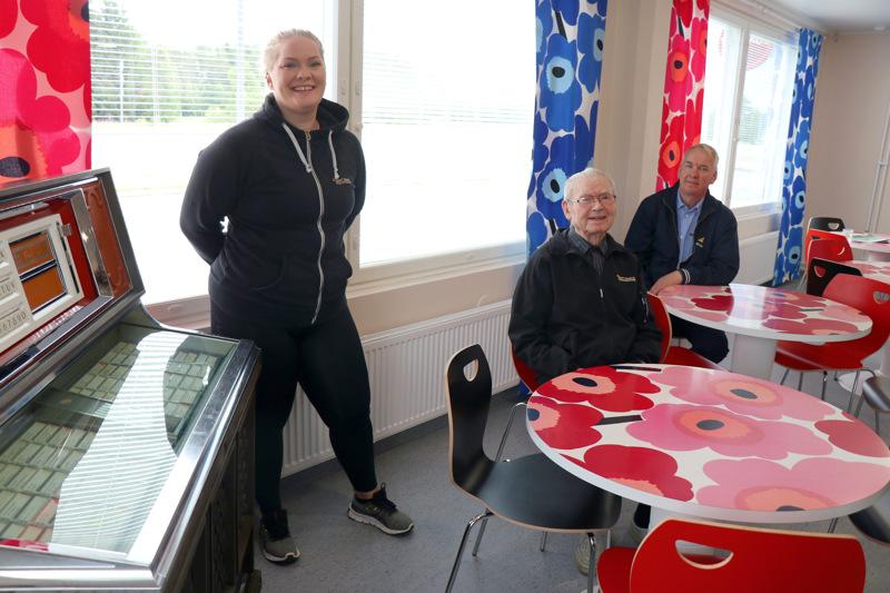 Möttösen Teboililla uusittiin sisäpinnat ja ikkunat. Vanha jukebox ja unikkokuvioiset pöydät saivat kuitenkin jäädä, kertovat Eini, Antti ja Arto Taipale.