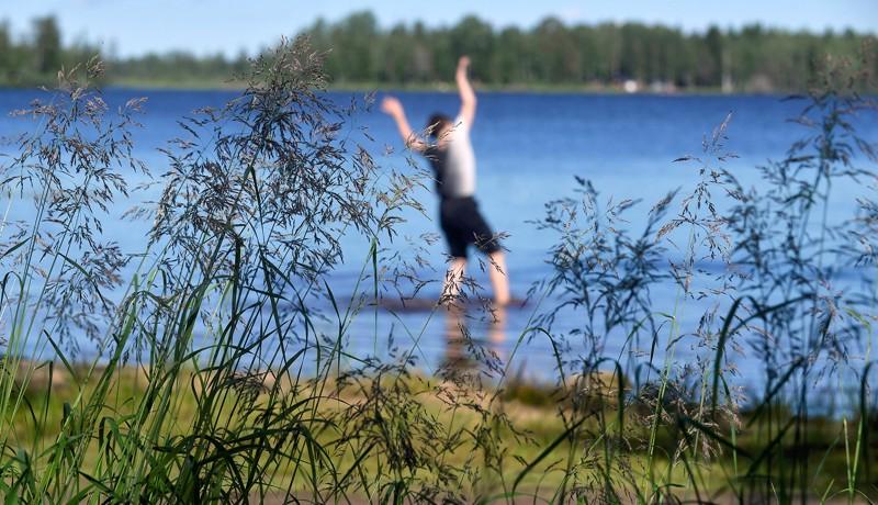 Kati Raatikainen kokee tanssiteoksessaan Ullavan järvimaisemaa.