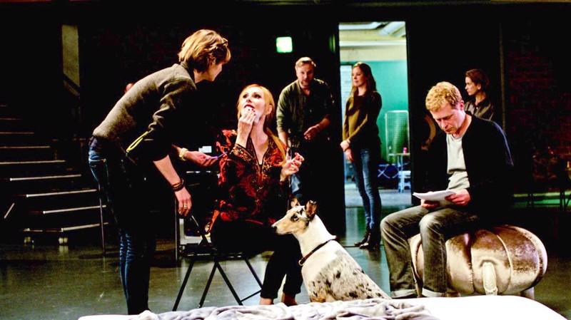 Teatteridiiva ja harjoituspari (Andrea Sawatzki ja Andreas Lust keskellä) sekoittavat näytelmän televisiosovituksen ohjaamisen.
