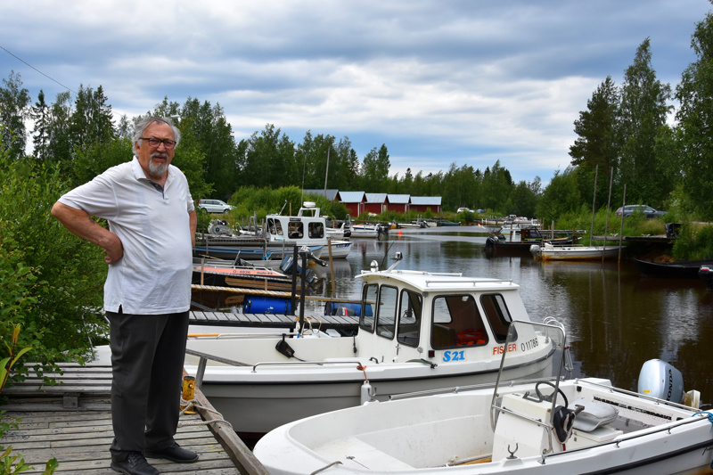 Syvyyttä lisää. Himangan Pohjanpään osakaskunnan puheenjohtaja Alpo Ylitalo Himankajoen alaosan venesatamalla.