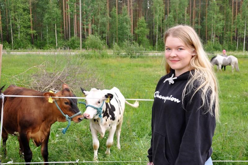 Louhulan kanssa poseeraamaan tulivat myös kotitilan vasikat Rommirusina ja Riisipuuro.