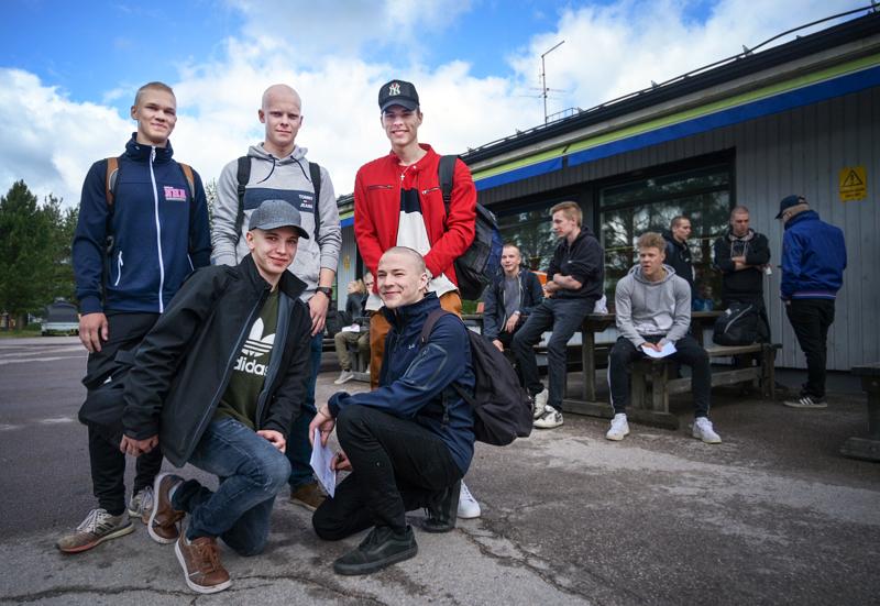 Nivalalaiset Lasse Raudaskoski (vas. ylhäällä), Jimi Leinonen, Erkko Sarjanoja, Jaakko Saukonoja (vas. alhaalla) ja Miika Wedenoja kuumottelivat Nesteen pihassa muiden alokkaiden kanssa varusmiesbussiin astumista ja kasarmille siirtymistä.