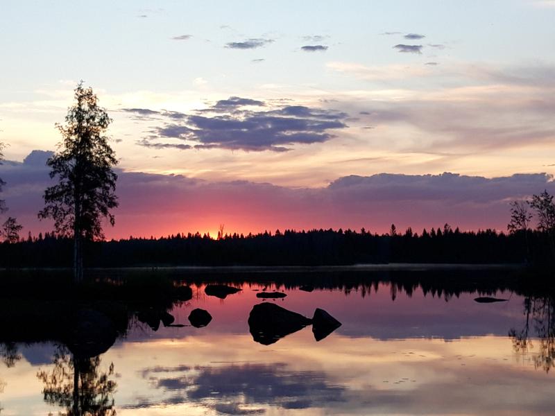 Auringonnousu Ullavanjärvellä.