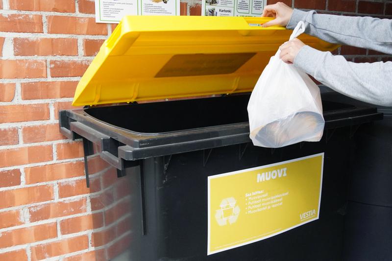 Vestia toimittaa muovin erilliskeräykseen mukaan lähteville taloyhtiöille keräysastian ja lajitteluohjeet.