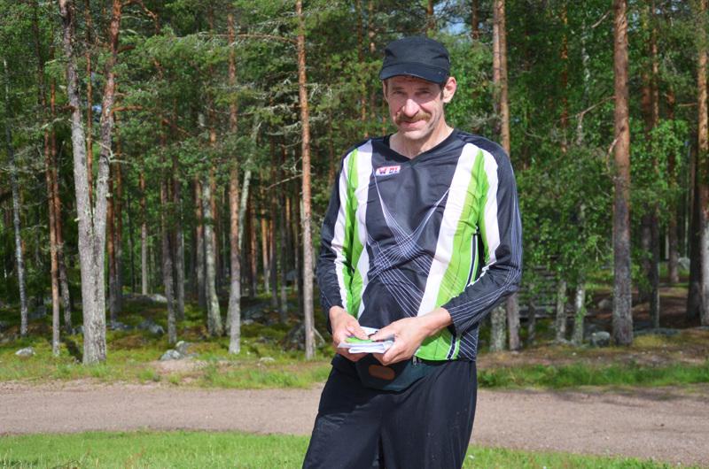 Tämän kauden ensimmäiset perinteiset Iltarastit juostiin Nivalan Urheilijoiden järjestämänä Nivalan Pyssymäellä. Ratamestari Yrjö Uusivirta kävi ennen kisaa testaamassa yhtä radoista.